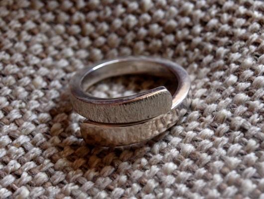 Anello in argento con doppio effetto satinato e liscio (cod.AN.AG.08)