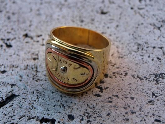 Anello con quadrante di orologio