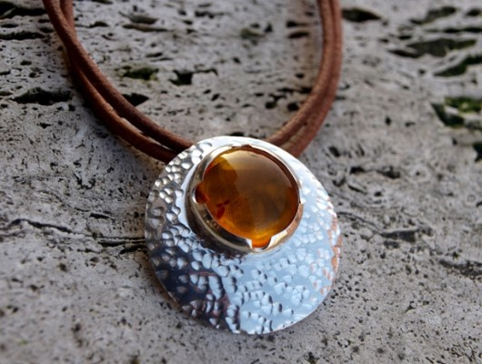 Rounded silver pendant with amber (cod.PN.AG.17)