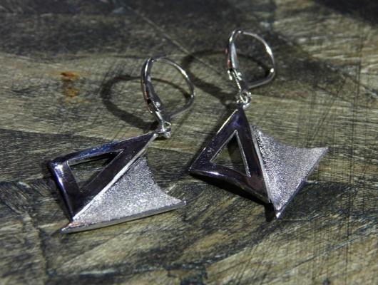 Orecchini piccoli con triangoli sfalsati