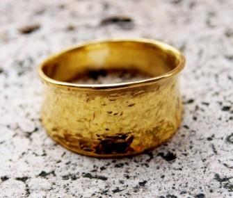 Anello in ottone dorato con effetto martellato (cod.AN.OT.12)