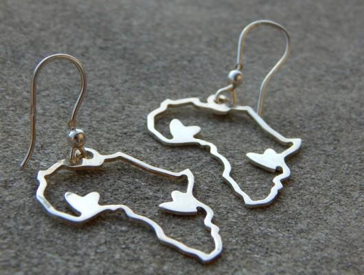 Orecchini in argento con contorno Africa e cuori (cod. OR.AG.47)
