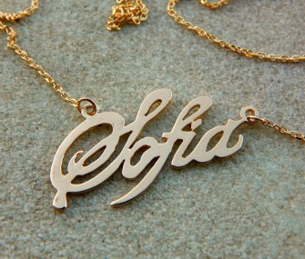 """Pendentif en oro avec écriture """"Sofia"""" et chaine. Longeur: 3 cm."""