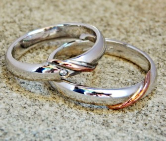 MOEBIUS RINGS IN WHITE GOLD WITH SMALL DIAMOND (Cod. FN.AU.08)