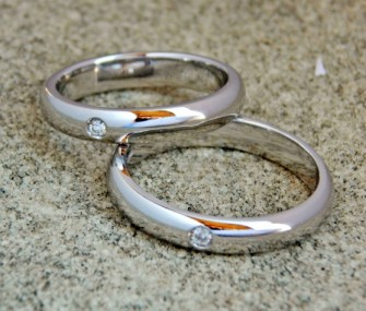 CLASSIC GOLD WEDDING RINGS WITH SMALL DIAMOND (Code FN.AU.06)