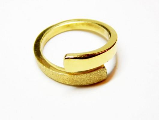 Anello in oro con doppio effetto satinato e liscio (Cod. AN.AU.01)