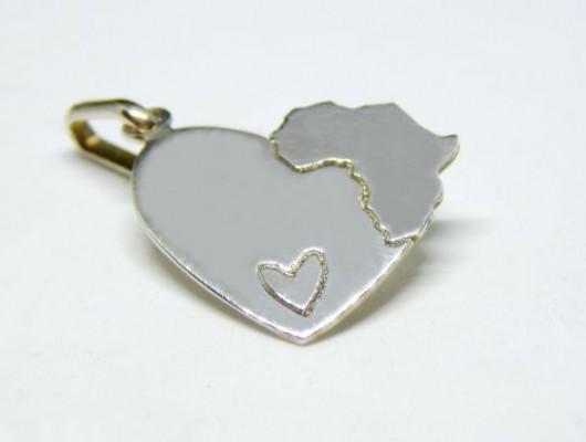 Pendentif en forme de coeur avec l'Afrique et un petit coeur en argent (code PN.AG.30)