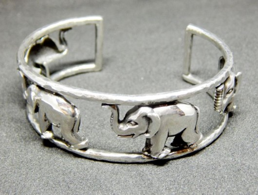 Silver bracelet with four elephants (cod. BR.AG.26)