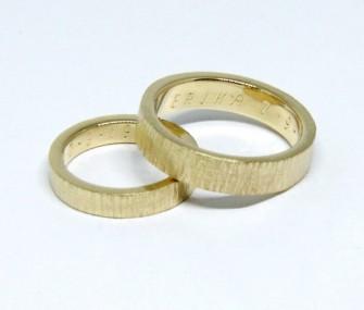 BAGUES DE MARIAGE EN OR AVEC SECTION RECTANGULAIRE ET SURFACE GRIFFEE (COD. FN.AU.28)