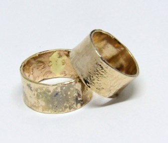 WEDDING RINGS IN GOLD, HIGH BAND AND IRREGULAR STAINED SURFACE (COD. FN.AU.25)