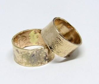 BAGUES DE MARIAGE EN OR A HAUTE BANDE ET SURFACE IRREGULIERE ET TACHEE (COD. FN.AU.25)