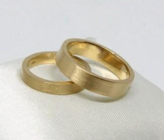 BAGUES DE MARIAGE EN OR AVEC SECTION RECTANGULAIRE ET SURFACE BRUTE (COD. FN.AU.24)