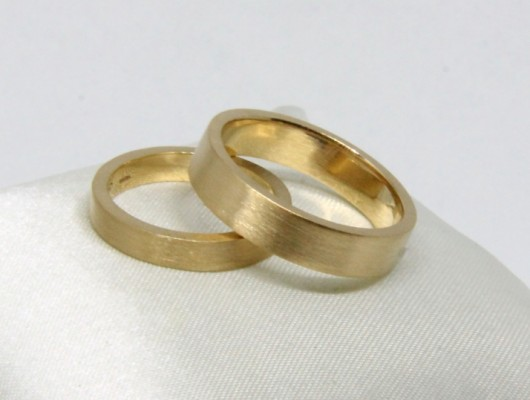 WEDDING RINGS IN GOLD WITH RECTANGULAR SECTION AND RAW SURFACE (COD. FN.AU.24)