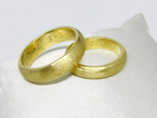 WEDDING RINGS IN GOLD WITH ROUNDED SECTION AND SATIN SURFACE (COD. FN.AU.21)